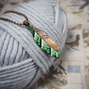 piórko w zielone paski – emaliowany wisiorek