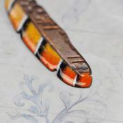 piórko w tygrysie paski – emaliowany wisiorek