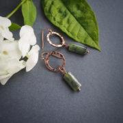 IN CIRCLES: eleganckie kolczyki w stylu safari z biotytem