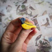 cytrynka czarnopierśna – emaliowana broszka z ptakiem – krupkowska.com