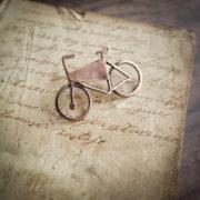 rower – miedziana przypinka do butonierki – krupkowska.com