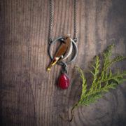 jemiołuszka – długi emaliowany naszyjnik z ptakiem – krupkowska.com