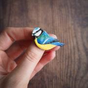 sikorka modra – emaliowana broszka z ptakiem – krupkowska.com