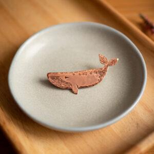 wieloryb - miedziana broszka