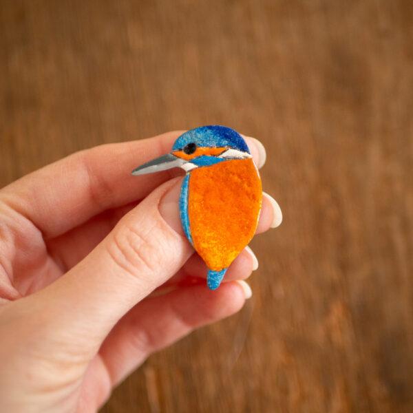 zimorodek - emaliowana broszka z ptakiem - krupkowska.com
