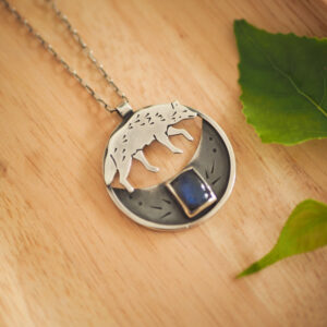 wilk księżycowy - srebrny naszyjnik z labradorytem - krupkowska.com