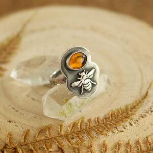 pszczółka - srebrny pierścionek z bursztynem krupkowska.com
