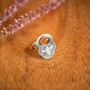 pszczółka 10 - srebrny pierścionek z bursztynem krupkowska.com