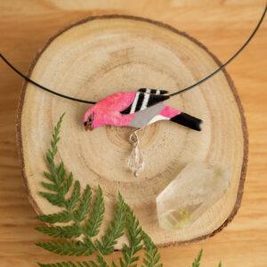 łuskowiec - emaliowany naszyjnik z kolorowym ptakiem