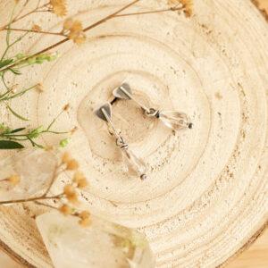 tasznik C - minimalistyczne kolczyki ze srebra z kryształem górskim | krupkowska.com