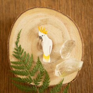 kakadu żółtoczuba - emaliowana broszka z ptakiem