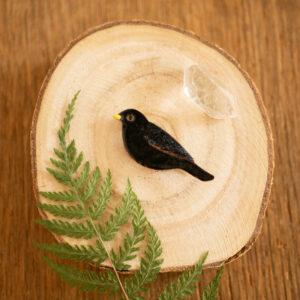 kos - emaliowana broszka z ptakiem