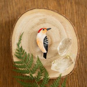 dzięciur czerwonobrzuchy - emaliowana broszka z kolorowym ptakiem